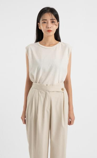 Natural cutting sleeveless top
