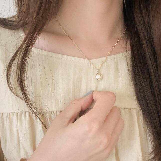 feminine pearl necklace