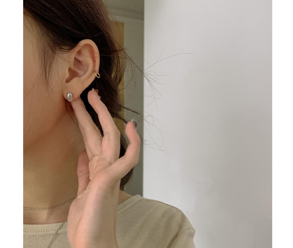 Daily oval ball earrings