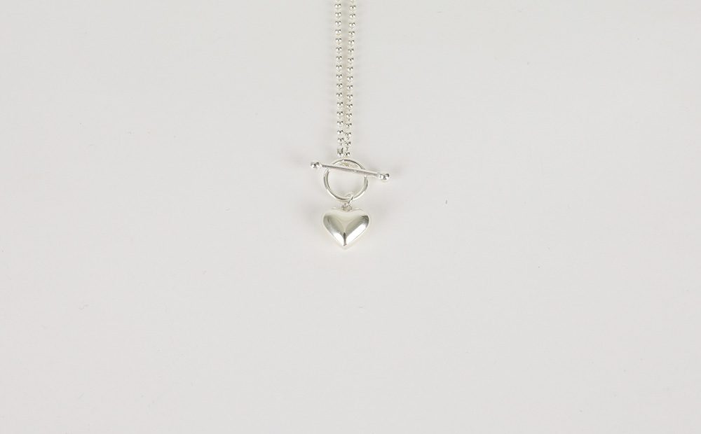 Bar closing pendant necklace