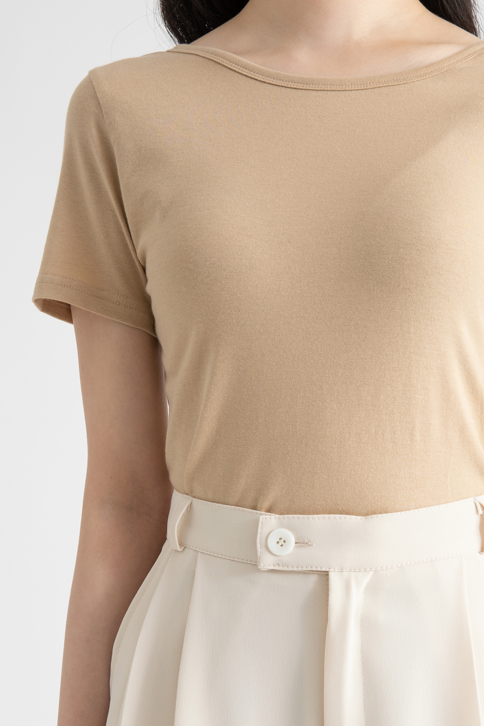 Back open slim half round neck T-shirt