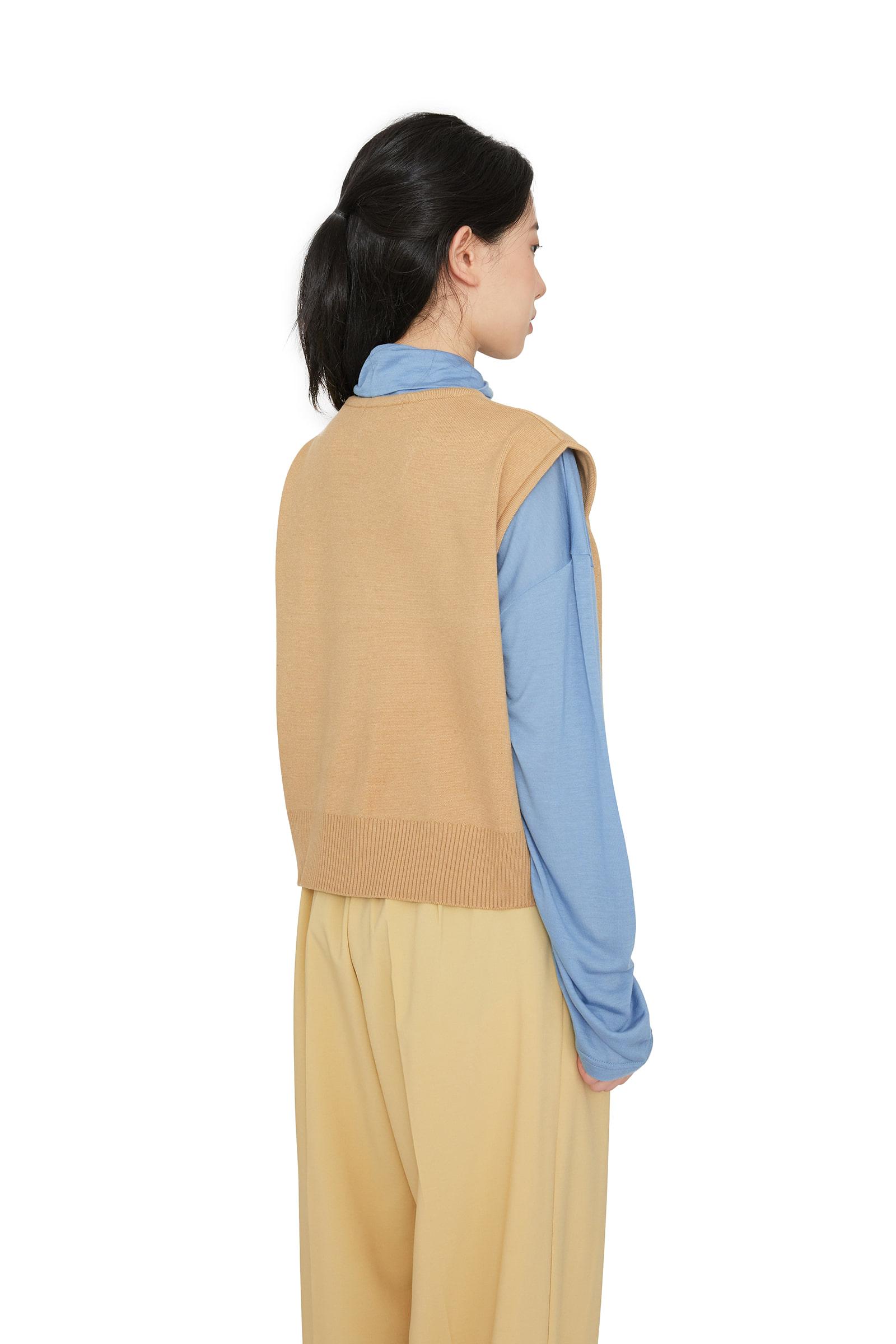 Pocket V-neck knit vest
