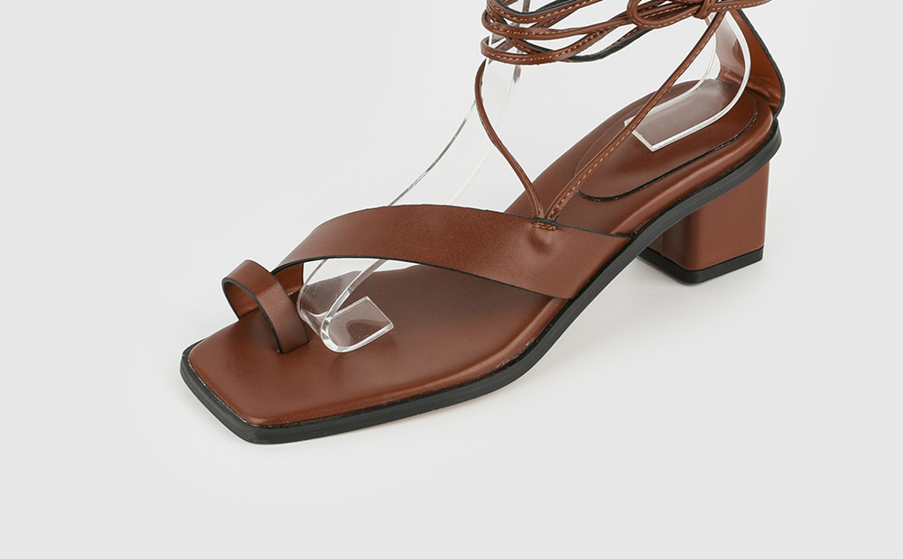 And toe hold strap middle heel sandals