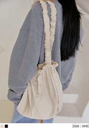 鬆緊抓皺設計純色肩背包