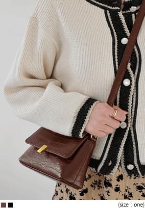 金釦飾鱷魚紋翻蓋肩背包(附造型背帶)