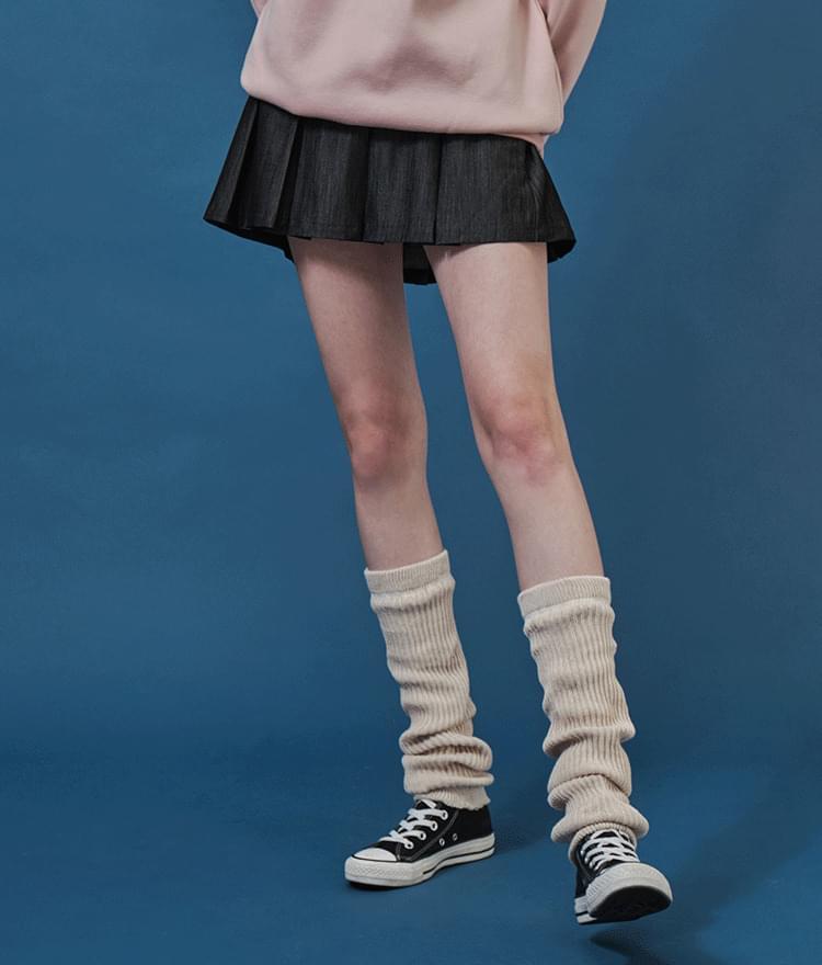 Dark pleated skirt skirt