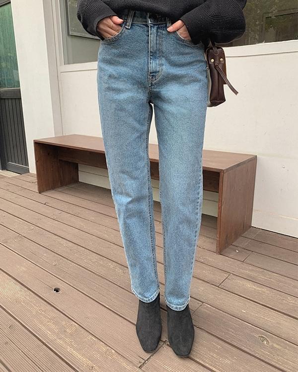 Scanning straight denim trousers
