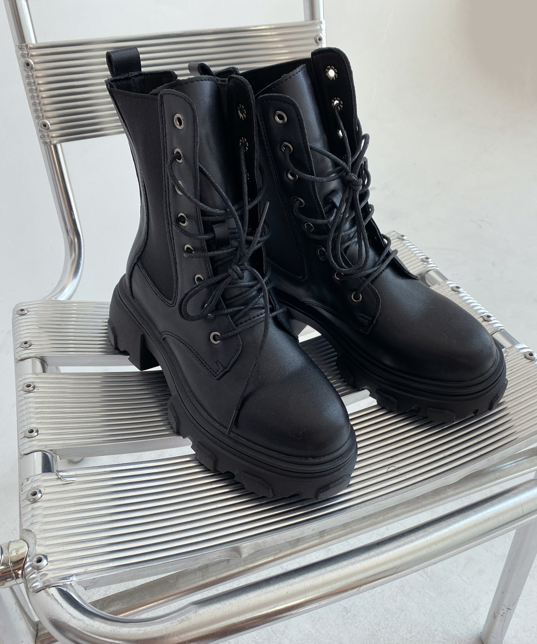 QUIETLABRound Toe Lace-Up Chunky Boots