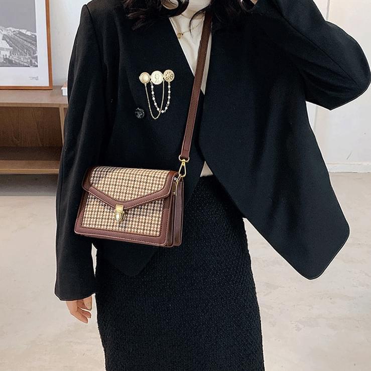 V tweed square shoulder bag