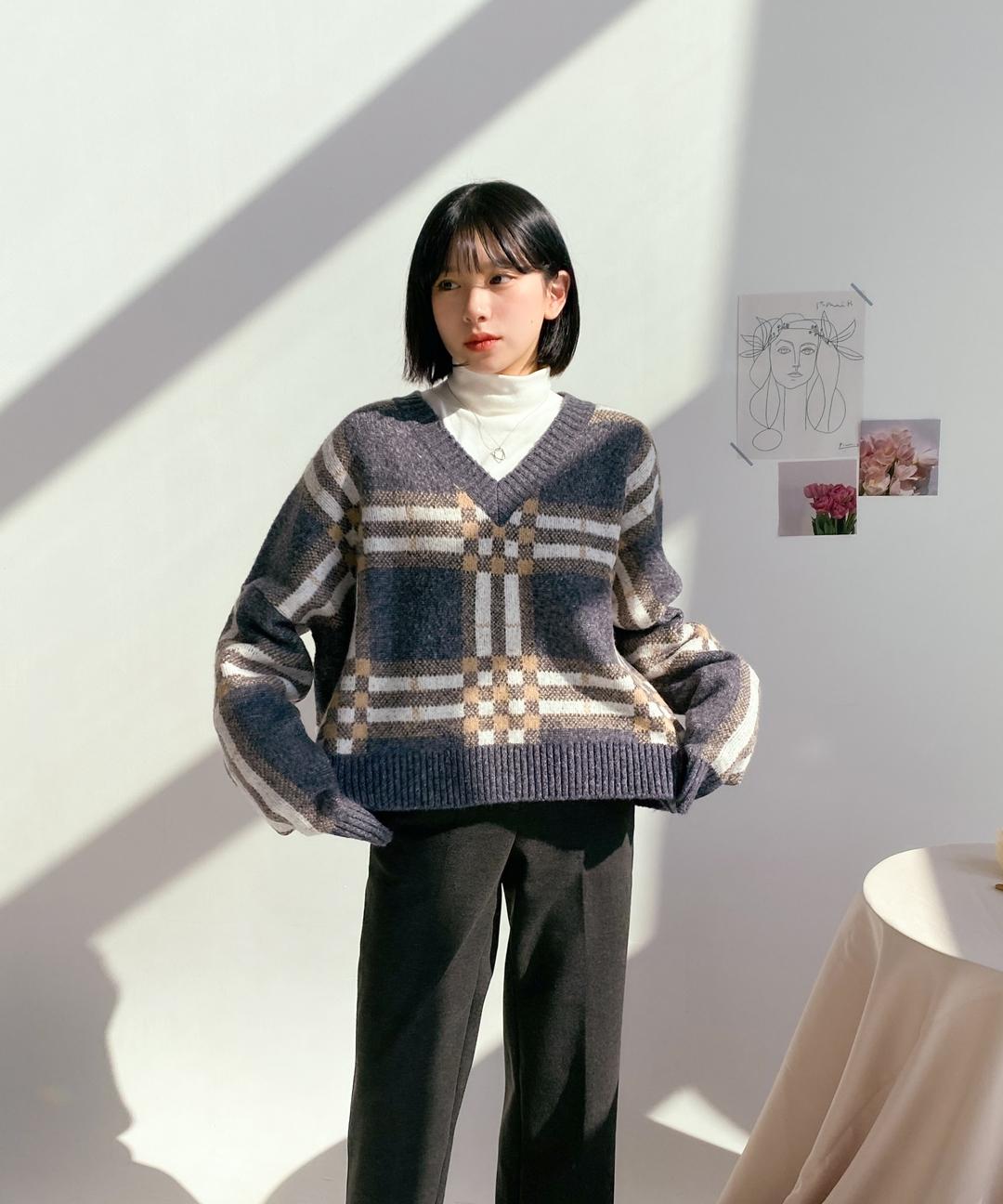 ESSAYCheckered V-Neck Knit Top