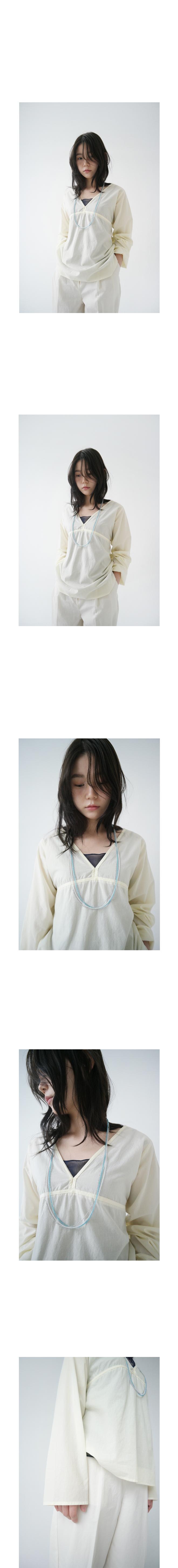 deep V-neck composed blouse