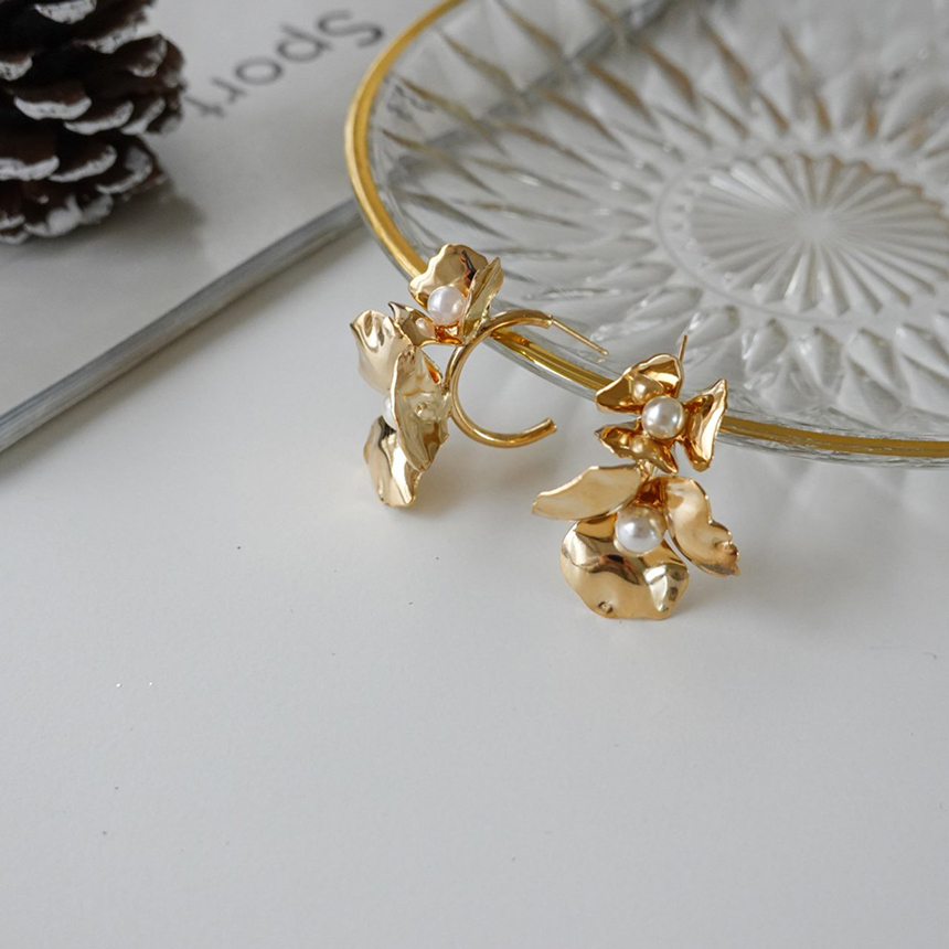 Flower bold nickel-free needle earrings