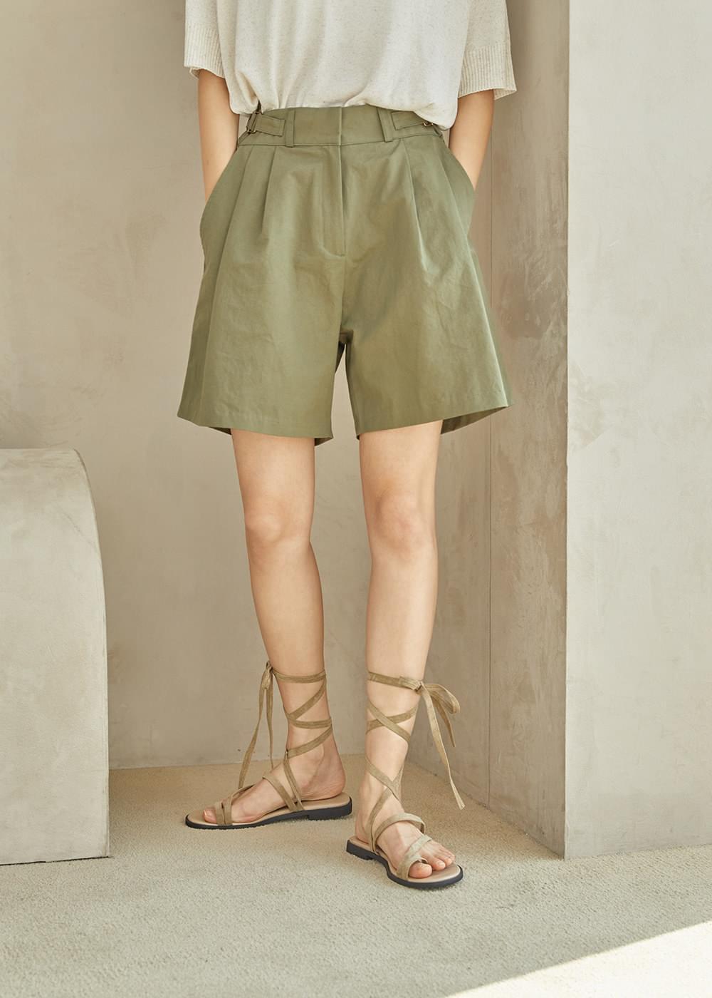 Side belt shorts