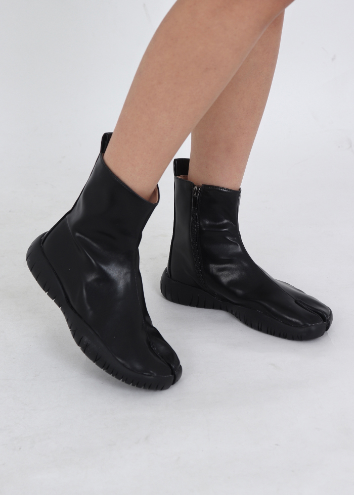 Basic Tabi ankle boots