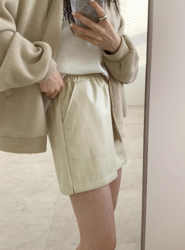 Pilton leather short pants / cream