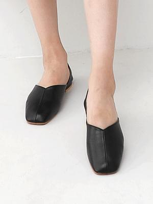 Isshu V Cut Unbalanced Side Open Flat Shoes 9097