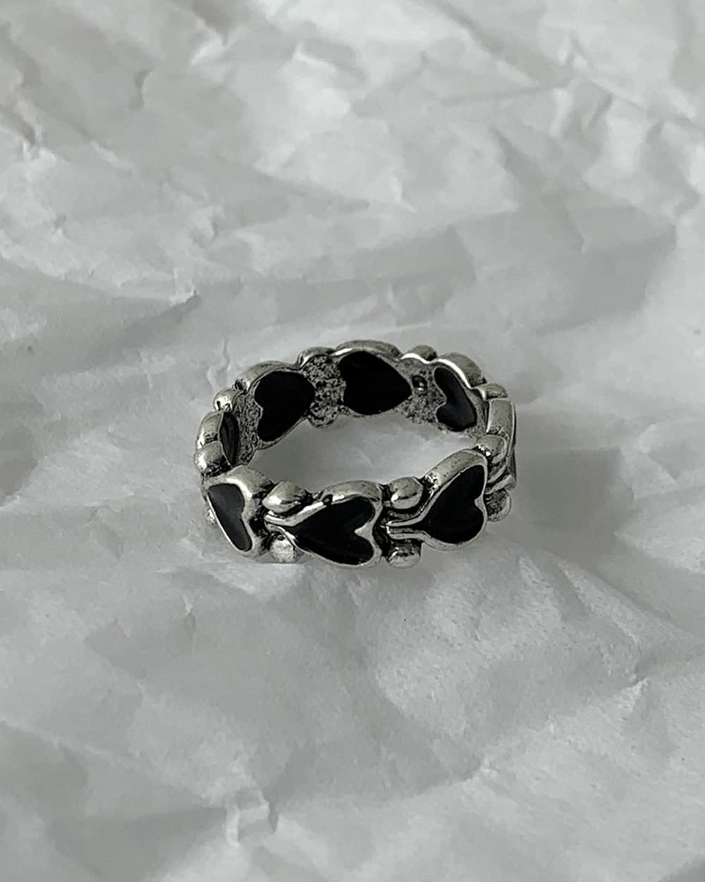 Kitsch black heart silver ring ring