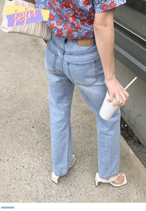Straight fit denim pants to wear comfortably