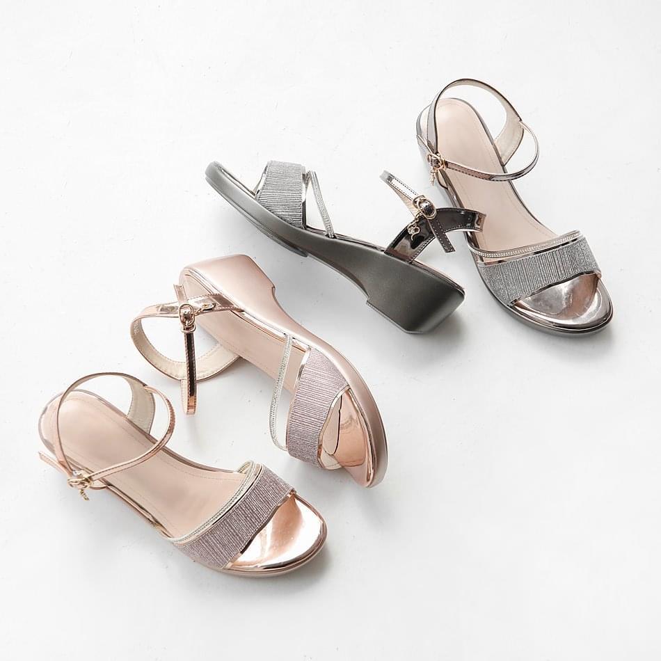 Shiny wedge-strap sandals 5 cm