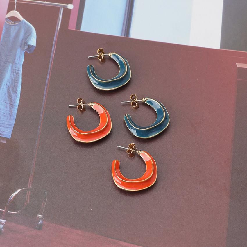 Pierced circle earrings