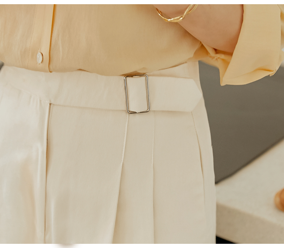 Buckle Accent Pleated Shorts