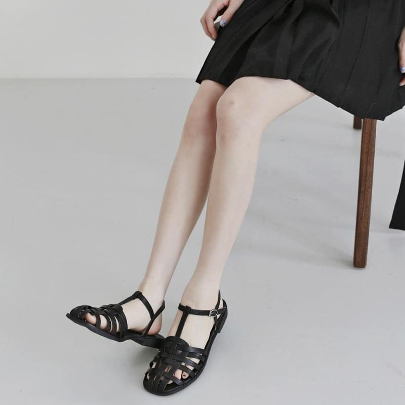 Folding strap buckle sandals