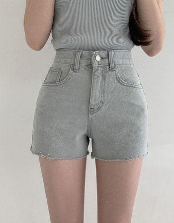 Or half-high gray short pants