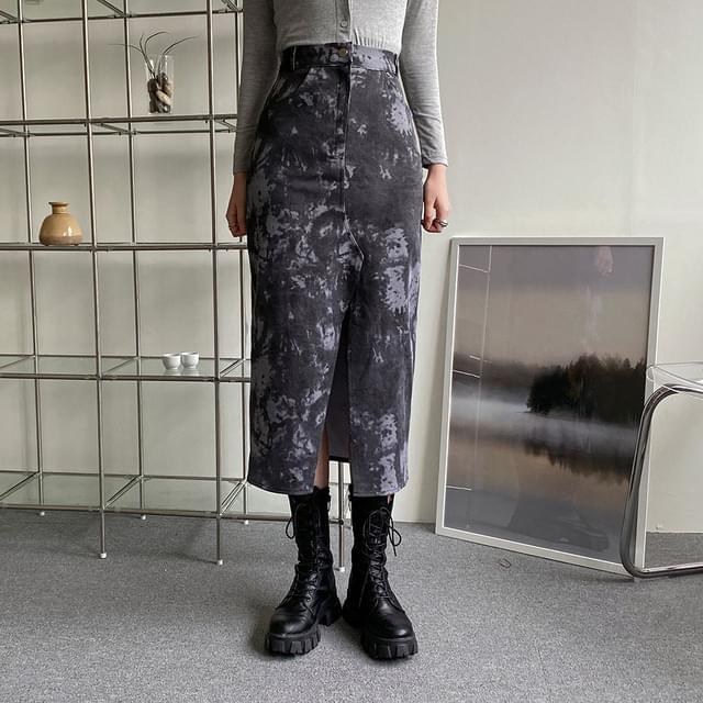 Open-print long skirt in front of the saint