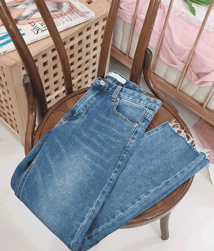 Frayed Hem Cropped Denim Pants