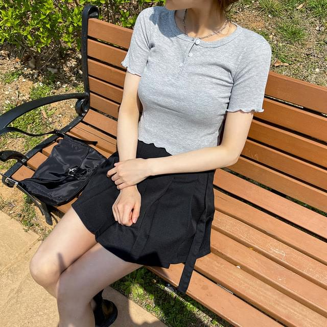 Curled Ribbed button cropped short-sleeved T-shirt