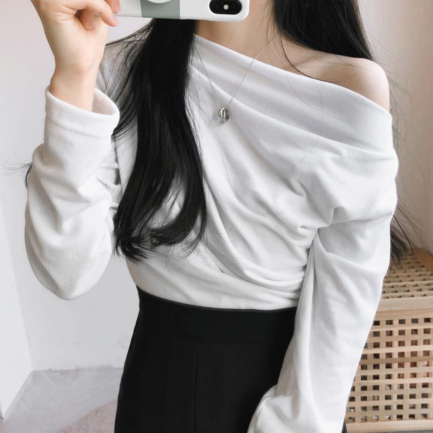 Romantic diagonal off-shoulder T-shirt