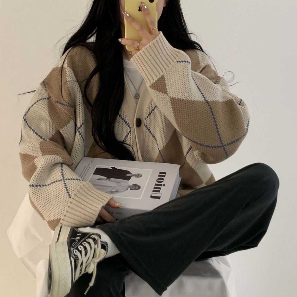 long sleeved tee model image-S1L9