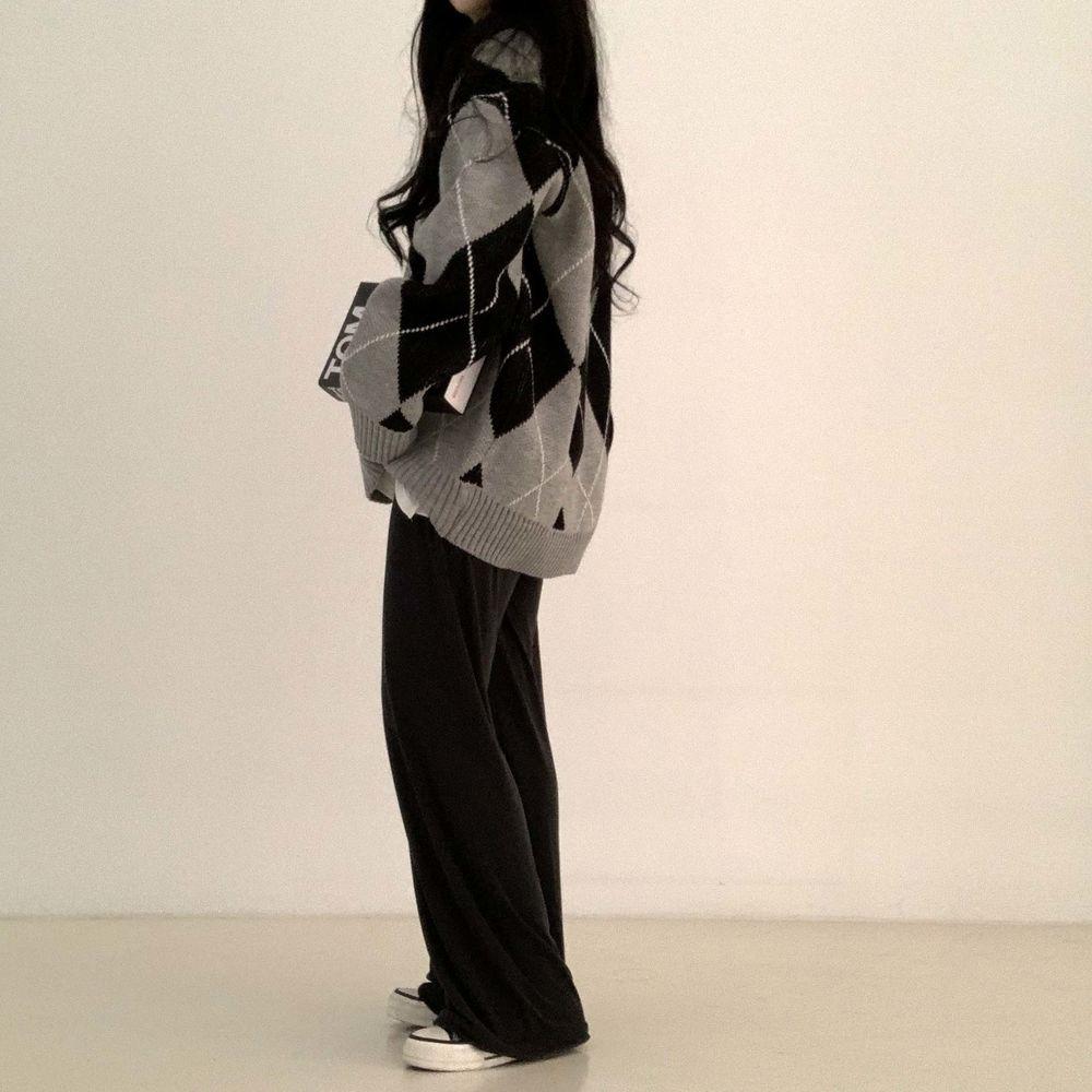 long sleeved tee model image-S1L12