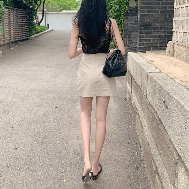Closing simple mini skirt