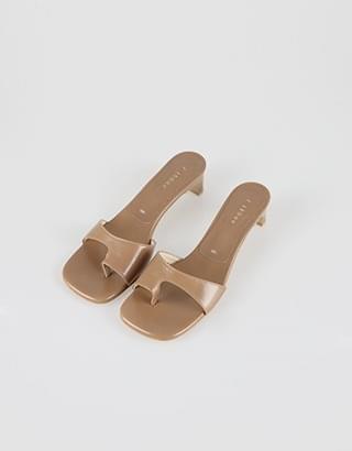 Nobel flip-flop mules