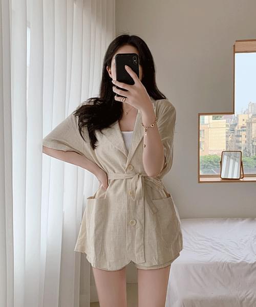 Half-slit linen short-sleeved jacket with plenty of summer feeling collar shoulder pad strap