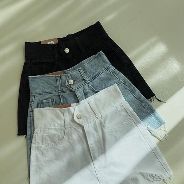 Hot, high-waisted denim short pants