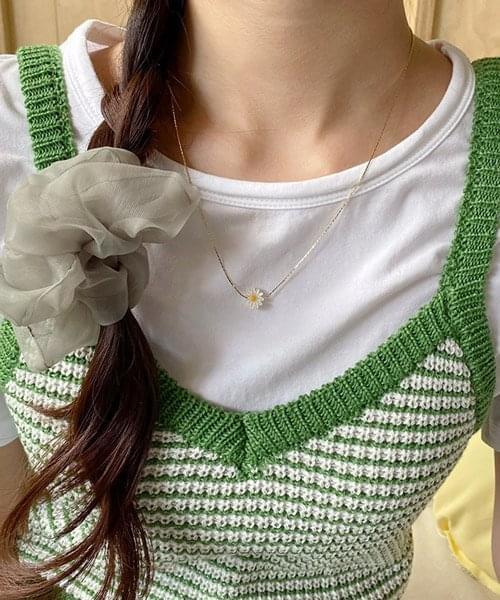 mini daisy necklace