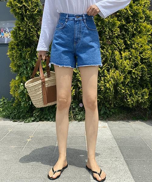 Spandex denim short pants with cut hem