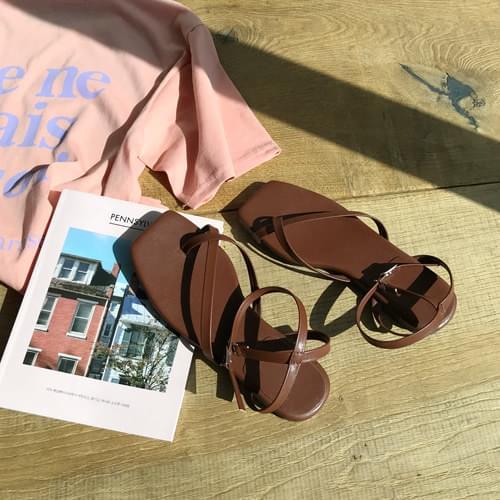 Corner strap sandals