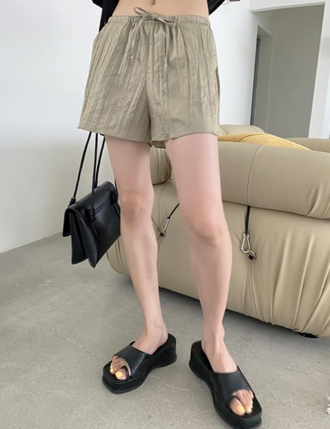 wrinkled short pants