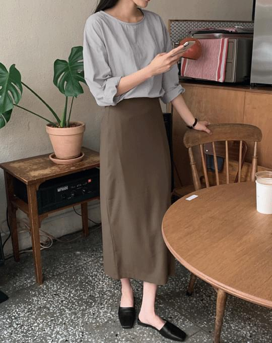 This is a slit H-line long skirt - 2 color
