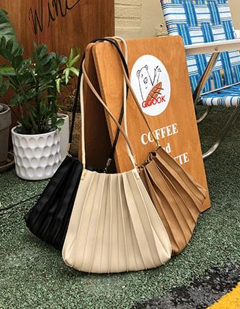 All-around pleated shoulder bag
