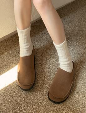 Blunt suede slippers