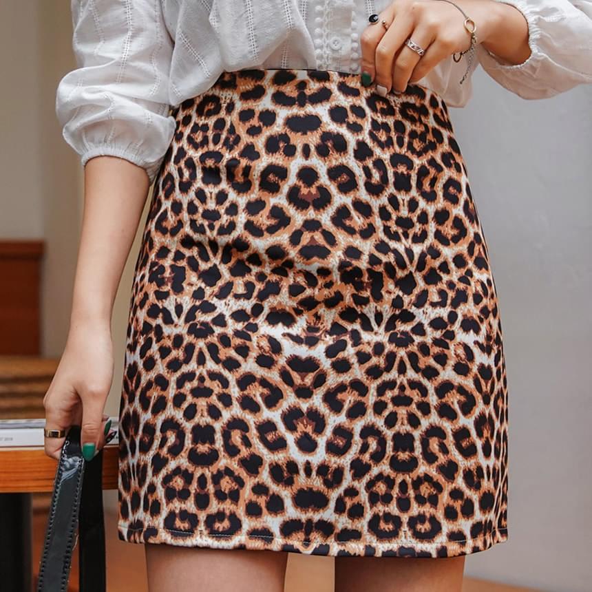 Straight leopard skirt