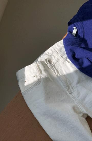 Clean white straight cropped pants