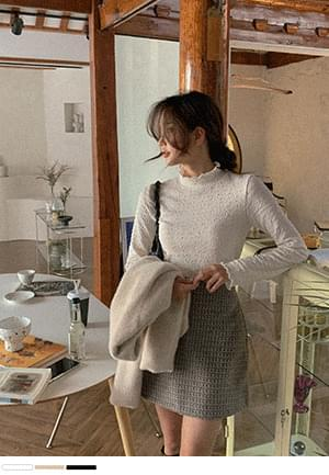 Soft and fluffy embossed Turtleneck T-shirt