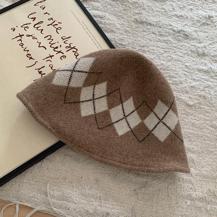 diamond pattern short bucket hat