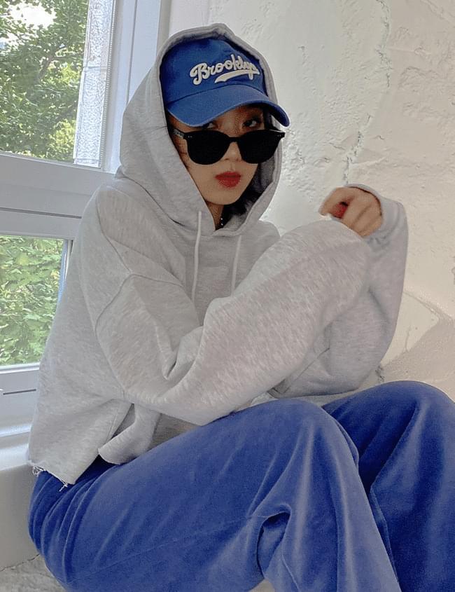 cut cropped hooded sweatshirt