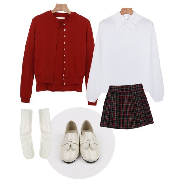 daily monday Ribbon girlish blouse,daily monday Classic garden cardigan set,daily monday Color tassel loafer등을 매치한 코디